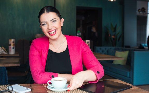 שיניים עקומות - אישה מחייכת עם גשר בבית קפה